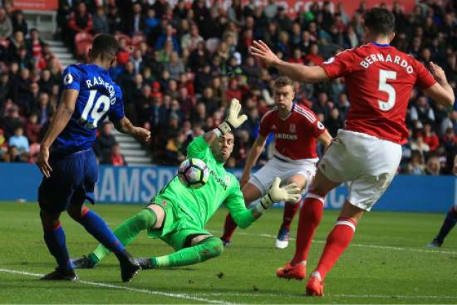 O goleiro Víctor Valdes, do Middlesbrough, impede gol de Marcus Rashford, do Manchester United